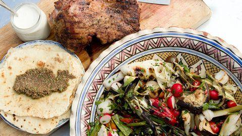 Grillad sallad med lammstek, olivtapenad och mjuka tunnbröd | SVT recept