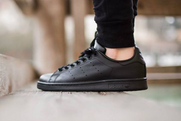 black adidas stan smith