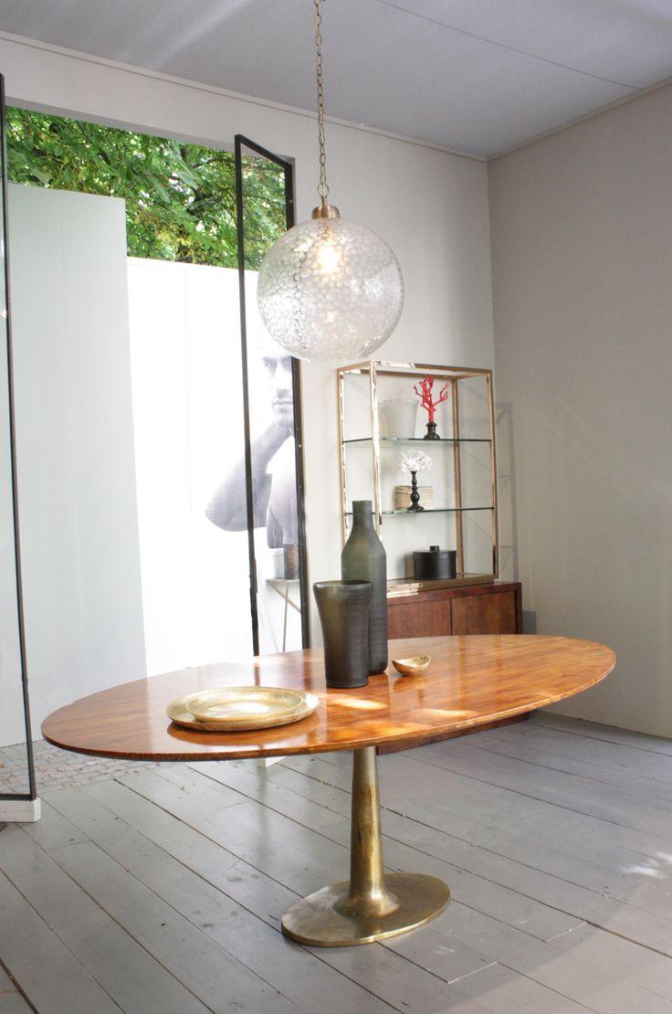 Mesa ovalada con patas de metal #Hanbel. Material: aluminio y pino. Color: dorado envejecido y marrón