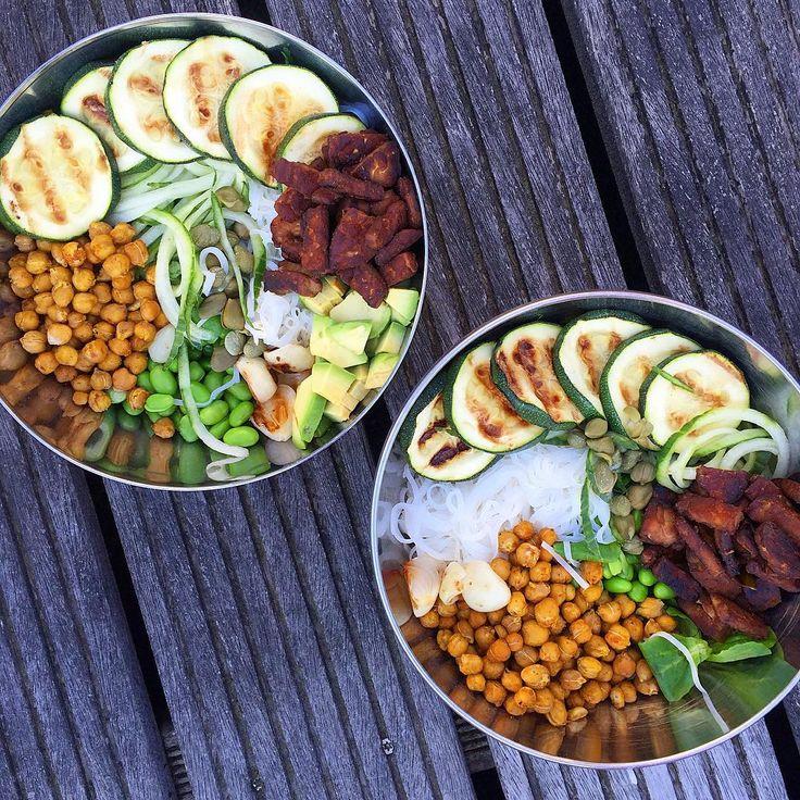 Buddha bowls Rijst & komkommernoedels, tempeh, geroosterde kikkererwten, edamame boontjes, geroosterde ui & gegrilde courgette, kappertjes, avocado & tamari-citroen dressing. Dit. Was. Goddelijk. Toch Meer? @thegreenhappiness #bijelkaargeraaptzooitje #maarheellekker #engezond