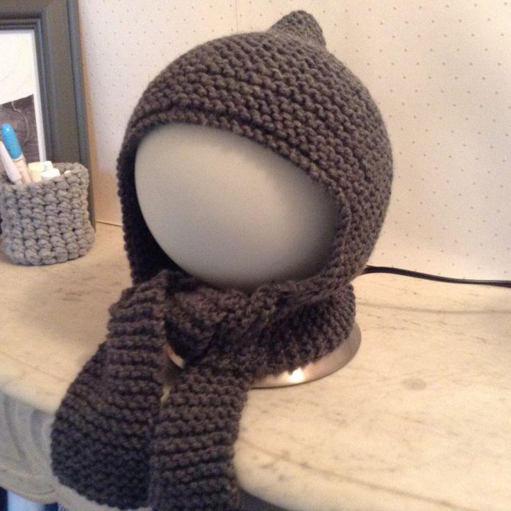 Voici un accessoire hyper pratique, adorable et rapide à faire pour bébé : Un petit bonnet, qui se prolonge en écharpe, à tricoter au point mousse et sans aucunes difficultés (si si vraiment !) Mon...