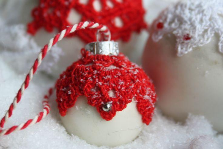 Kerstballen versieren met gehaakte kleedjes