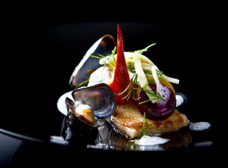 Halstrad rödtunga med skaldjur och blåmusselsås samt säsongens betor och marinerad gurka | COOKED