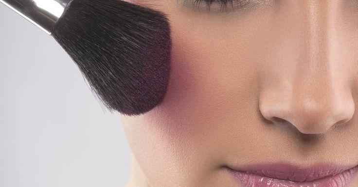 Como se tornar maquiador profissional na MAC cosméticos. A MAC é uma das marcas de cosméticos mais conhecida no mundo. Aqui estão algumas dicas para entrar no mercado de maquiagem e conseguir um emprego na empresa. Embora o trabalho seja elaborado para aqueles que aspiram uma carreira profissional na MAC, quase todos os maquiadores profissionais podem tentar.