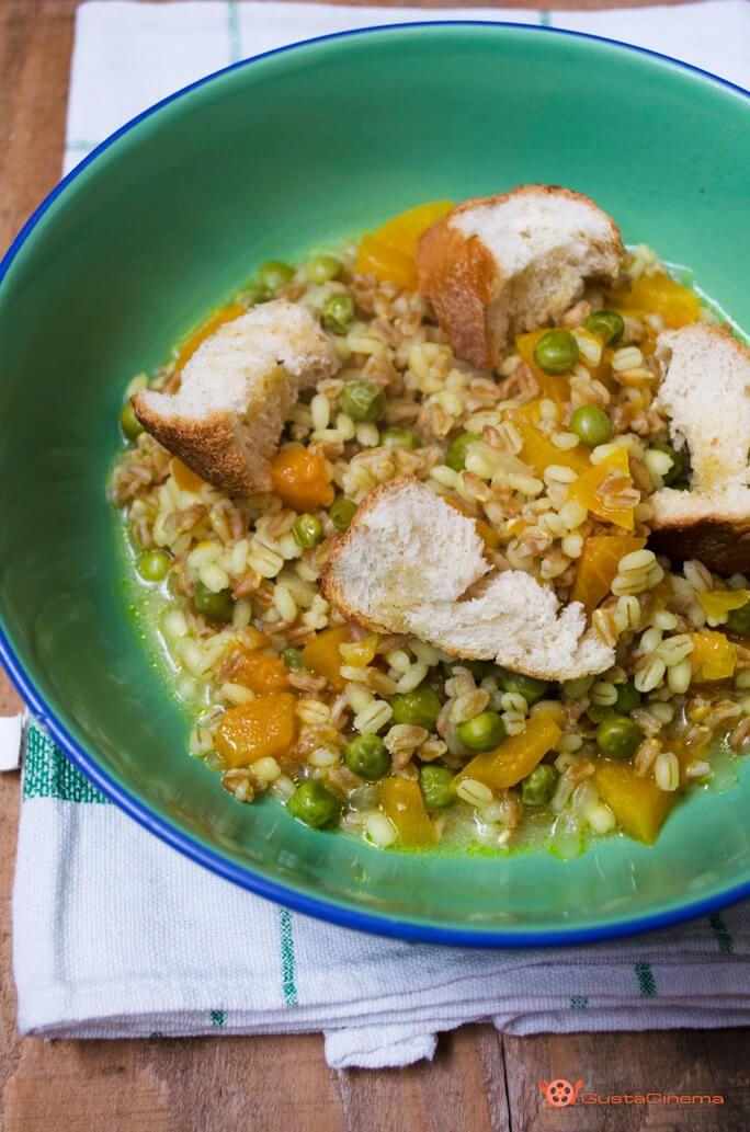 La zuppa di zucca farro orzo e piselli è un piatto colorato e genuino, preparato con ingredienti semplici. Ottima da gustare a pranzo o cena.