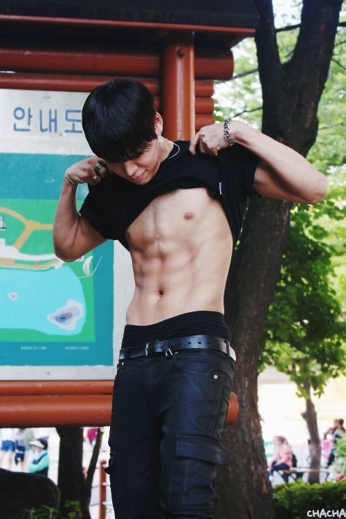 #yijeong worked hard on his abs to surpass the almighty chocolate abs leader Kyungil… and he's close to doing it. #history #abs #godhelpme