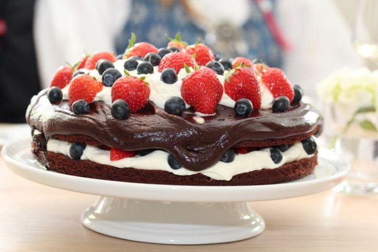 Sjokoladefestkake med krem og friske bær