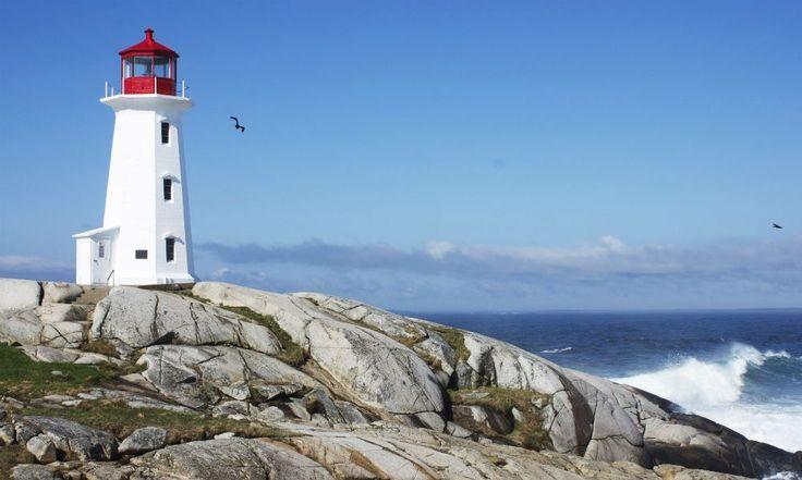O Farol Peggys Point, Canadá, é um dos principais pontos turísticos da província de Nova Escócia, Canadá. O local foi construído em 1915 e é operado nos dias atuais pela Guarda Costeira Canadense, que marca a entrada oriental da baía de Santa Margaret.  Fotografia: Wikipedia Commons.