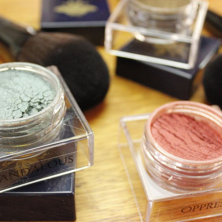 Check out loose pigments in Scandalous and Oppress with some of our vegan and cruelty free makeup brushes vi @ellenbourne 💋  Shop USA: http://furlesscosmetics.com/ Shop Australia: http://furlesscosmetics.com.au/ Shop NZ: http://furlesscosmetics.nz/