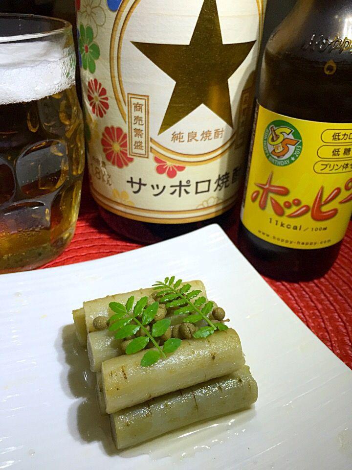 ごぼうの酒煮 材料・調味料 ごぼう1本 ⭐️出汁500cc ⭐️日本酒100cc ⭐️みりん100cc ⭐️薄口醤油大さじ1 ⭐️塩2つまみ ⭐️酢小さじ2 ⭐️実山椒小さじ1 作り方 1ごぼうの皮をタワシでこすり落とし5センチの長さに切って水に30分さらす 2ごぼうを水から下ゆでしてザルに上げる 3⭐️を合わせてごぼうが柔らかくなるまで煮る。冷まして味を含める。冷たいまま器に盛る ポイント 山椒の代わりに唐辛子を小口切りにしてもオッケー