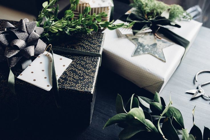 10 Quick + Beautiful Christmas Gift Wrap Ideas + a Field Trip!