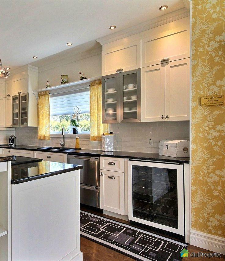 belle cuisine contemporaine blanche et noire on aime ce magnique papier peint fleurie jaune. Black Bedroom Furniture Sets. Home Design Ideas
