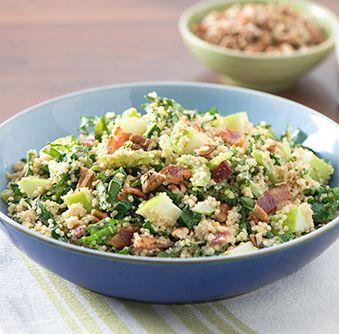 Essayez cette délicieuse recette de Salade de quinoa crémeuse au chou vert, aux pommes et au bacon dès aujourd'hui !