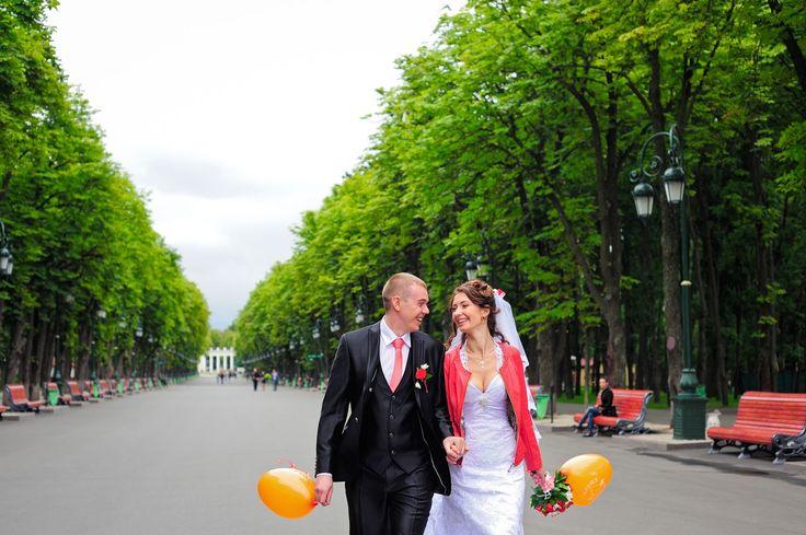 Вид центральной аллеи парка Горького в Харькове | Фотографии новобрачных