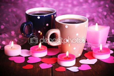 Due tazze sul tavolo con candele e decorazioni del primo piano — Foto Stock © belchonock #64797783