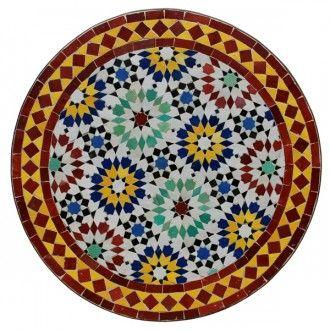 Kunstvoll und sehr aufwendig handgefertigter Bistrotisch aus Mosaik in harmonisch abgestimmten Farben aus buntlasiertem Terrakotta. Die einzelnen von Hand geschlagenen Fliesen werden in kunstvollen Mustern in Beton gebettet und von einem Eisenring ummantelt. Das stabile, wetterbeständige schmiedeeiserne Gestell bildet zusammen mit der Mosaikplatte eine wunderschöne, mediterrane Einheit. Besonders geschätzt wird dieser Tisch auch für Balkon, Terrasse, Wintergarten oder Garten.