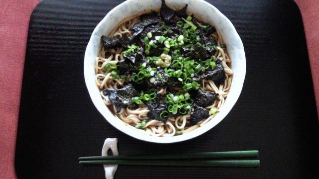 (May 5, 2011) 北海道産の蕎麦を打って「花巻蕎麦」にして食べました。花巻蕎麦というのは、海苔をたっぷり散らした温かい蕎麦のことで、薬味に小口ネギとワサビを乗せました。
