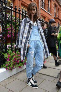 Длинный джинсовый комбинезон в стиле гранж.