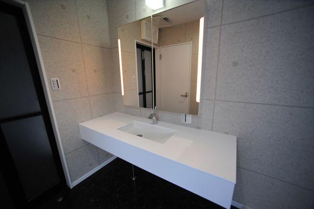 木造3階建てのデザイナーズ狭小住宅 白い内装に鏡面大理石