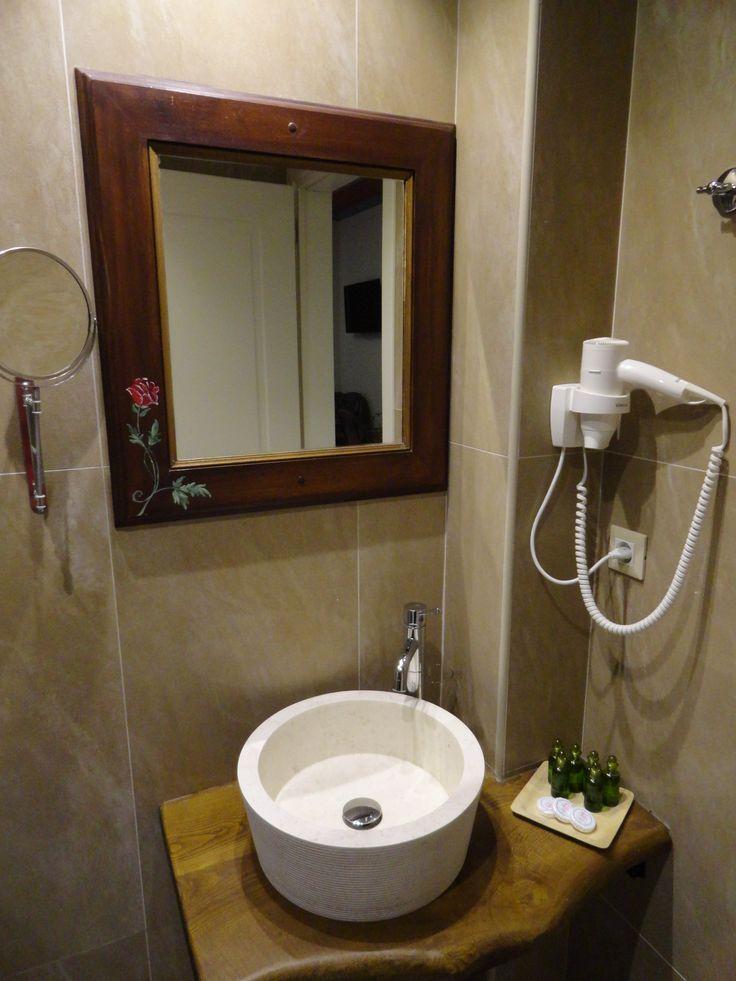Μερική άποψη από τα μπάνια των δωματίων του Hotel Rodovoli. (Konitsa, Epirus, Greece).