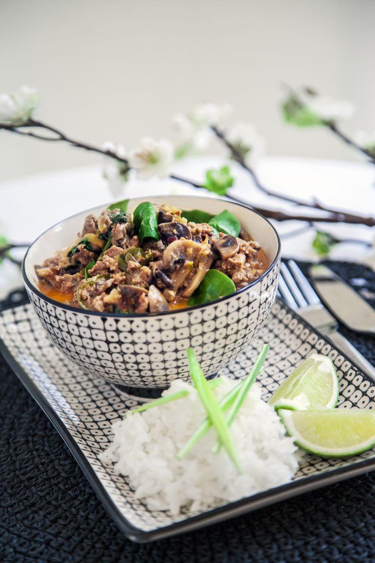 Smakrik asiatisk gryta med doft av ingefära och vitlök gjord på vegetarisk färs…