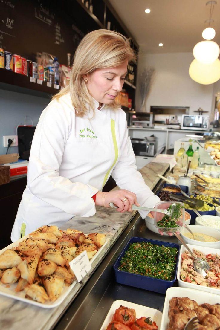 Ντίνα Νικολάου Chef  Δεν μου αρέσει η κουζίνα τύπου «gourmet» στην Ελλάδα. Δεν μου λέει τίποτε, είναι άτοπο, είναι ψεύτικό, είναι δήθεν. Μου αρέσουν τα κλασσικά εστιατόρια και οι έξυπνες κουζίνες, δηλαδή μία κουζίνα που κρύβει μια σκέψη, μια φιλοσοφία, ένα όραμα και όχι να έχω μπροστά μου ένα σωρό μπουκαλάκια με χημεία.