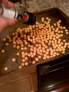 Simple roasted chickpeas - the high-fiber (addicting) alternative to popcorn & chips!