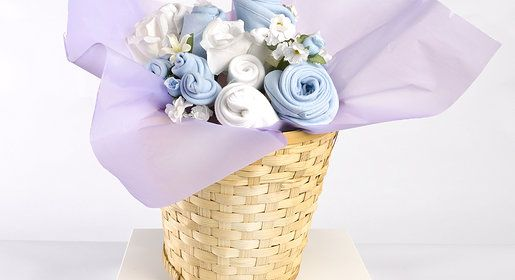 Canasta Baby Flowers, de 8 prendas del ajuar del bebé