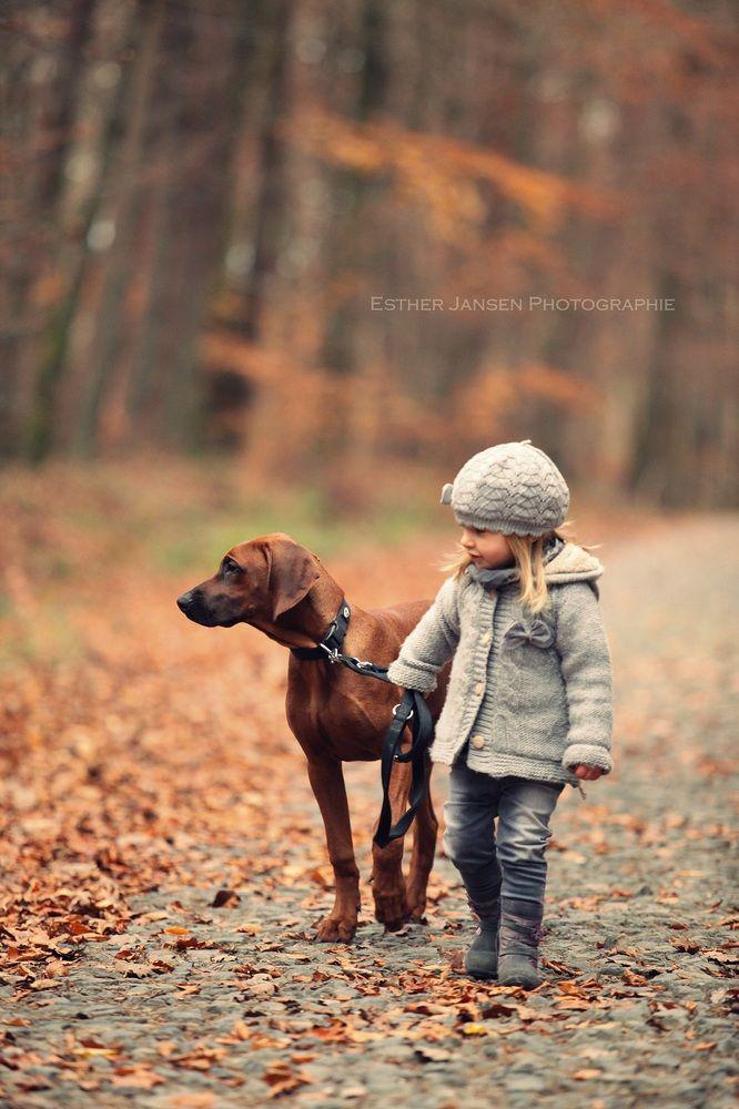 Un paseo con su mejor amigo por el parque.