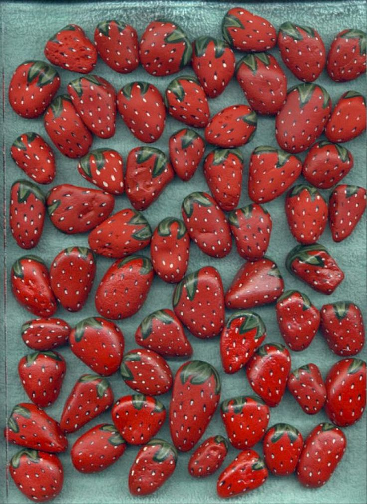 Steine als Erdbeeren anmalen und zwischen die Erdbeerpflanzen legen. Damit hält man Vögel von den Pflanzen weg *** Great Tip: Painted Stones Strawberry will keep away the birds from your strawberry plants