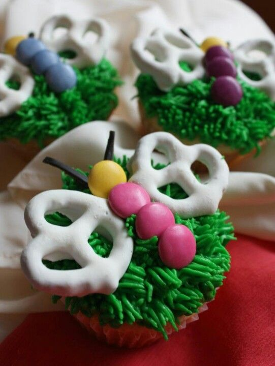 Butterfly Cupcakes Have to make these for Cassidy's next birthday! And dip the pretzels in Velata white chocolate!!! www.greatsweets2.com