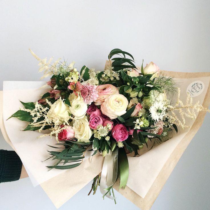Nature inspired bouquet: ranunculus, astilbe, nigella, misty bubbles. Букет свободной формы, естественный, вдохновленный природой: ранункулюсы, астильба, нигелла, розы