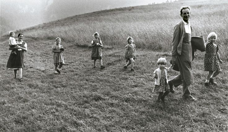 Old photos of Italian familis   ... Gianni Berengo Gardin - Family with Six Daughters, Haute-Adige, Italy