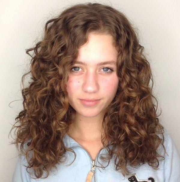 50 Naturliche Lockige Frisuren Zum Ausprobieren Im Jahr 2020 Haarberater In 2020 Naturlocken Frisuren Lockige Frisuren Haarschnitt Fur Lockige Haare