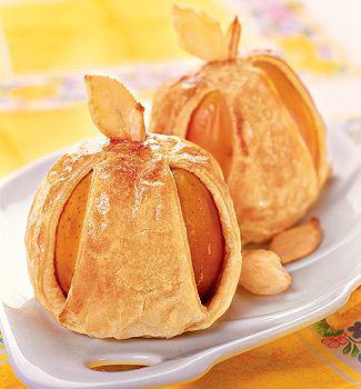 Яблоки в тесте 4 яблока 2 ст. л. очищенных грецких орехов яйцо – 1 шт 500 г (1 упаковка) готового слоеного теста 2 ст. л. меда Заполнить яблоко начинкой из меда с орехами. Тесто раскатать и разрезать на 4 квадрата. В центр каждого поместить по яблоку. Взбить яйцо. Смазать им тесто. Поставить в духовку и выпекать 15-20 мин.