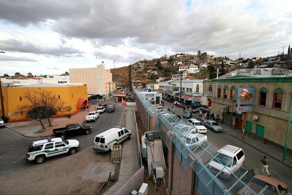 美國和墨西哥之間的邊界: 左邊是亞利桑那,右邊是諾加利斯,索諾拉。這個2000 英里長的邊界每年都有3.5億筆進出關。 (Boundary between USA (Left) and Mexico)