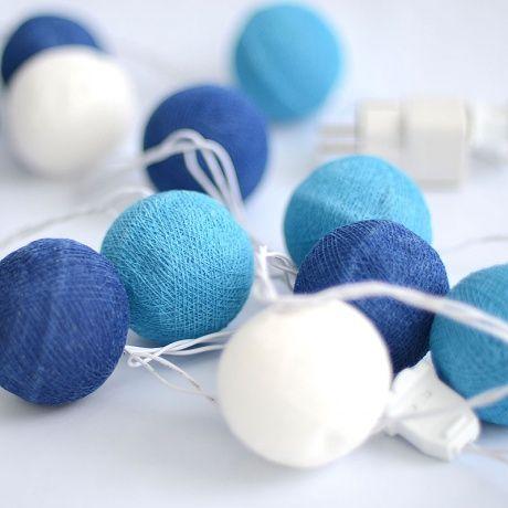 Guirnalda luces bolas azules Ideales para decorar la habitación del bebé, guirnalda de bolas de algodón en tonos azules con luz. Enchúfala directamente a la corriente, aunque también son preciosas apagadas. También quedan preciosas en fiestas o sesiones de fotos. 22,00 €
