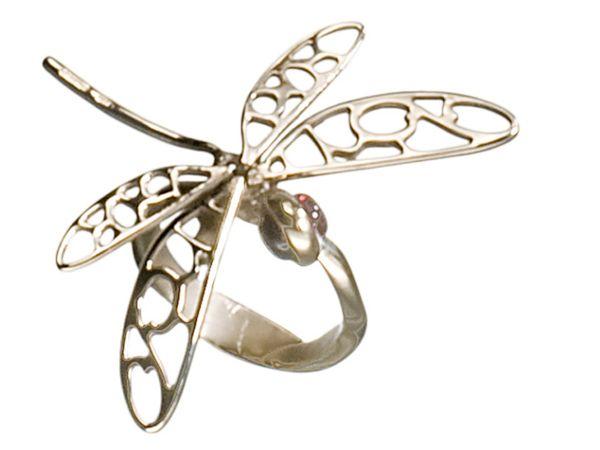 Santo Spirito Firenze porta il movimento nei gioielli, in particolare negli anelli, dove la materia, l'argento, viene plasmato e diventa libertà e movimento in una splendida libellula.