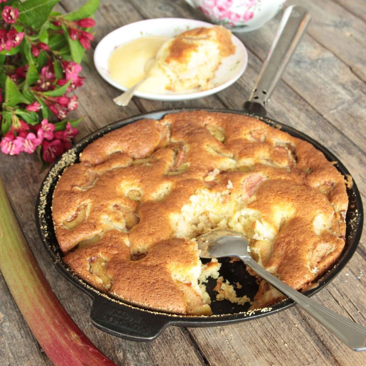 Snabb, enkel och ljuvligt god kaka med sötsyrliga rabarberbitar och kanel i.