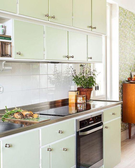 """""""Vi avslutar veckans gröna tema med ett av våra favoritkök. Milda, gröna funkisformer och färger! Trevlig helg!  #byggfabriken #byggnadsvård #måttbyggdakök…"""""""