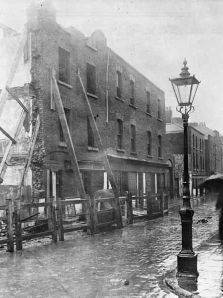 Multitext - Propped-up buildings on Church Street, Dublin, 1913. 2 tenement house collapsed in Church street on 2 sep 1913. 15 people were trapped in rubble: 6 died, 7 seriously injured.