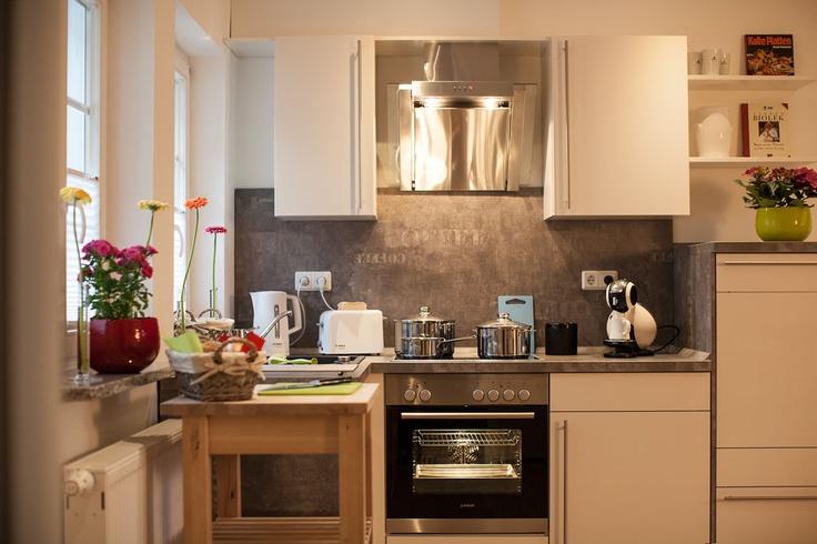 In der vollausgestatteten, modernen Küche wird das Kochen zum Erlebnis. Von Ceran-Kochfeld über Kühlschrank mit Gefrierfach und Kaffeemaschine: Hier fehlt es Ihnen an nichts!