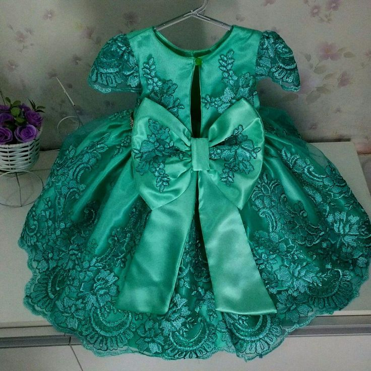 Vestido verde em renda francesa, com cinto de strass, com saia de armação, com ótimo acabamento. Fazemos sob medida até o tamanho 10 anos, por favor consultar valores no chat.