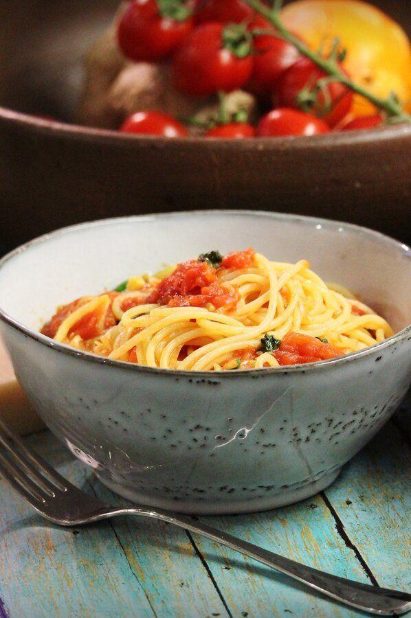 Spaghetti With Fresh Tomato Sauce Recipe Fresh Tomato Sauce Veggie Recipes Healthy Vegetarian Recipes Easy