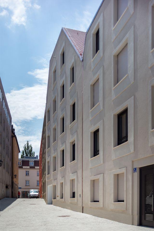 Gesso em ocre claro, projeções e recessos, várias estruturas de gesso (multa …   – Fassaden: Gebäude, Details, Materialien und Farben