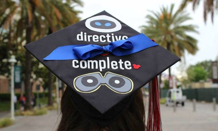 A Wall-E Inspired Graduation Cap. Omgosh. @Natalie when you graduate we're so doing your cap to your favourite Disney movie. Yeassas