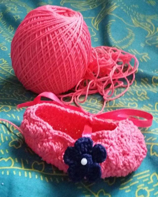 Sepatu baru... baju baru, perlengkapan sholat baru, kendaraan baru baru, pasangan baru, uang baru, semmuuaabaru (ah ng' kok saya masih pake yang lama)  Ciee yang siap-siap mau lebaran, atinya udah ^dilebarin^ belom? untuk meminta maaf dan memberi maaf :/ *nyolekdirisendirijuga  #mingguterakhir #ramadhan1437h  #instacraft #rajut #babycrochet #crochet #pinkshoes #babygirl #instakids #instacute #buatantanganChism