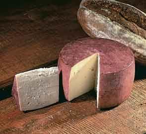 Murcia Queso Murcia al vino--Este tipo de queso, se puede degustar con vinos de la región, con los cuales se impregna la corteza, vinos, por lo tanto de Jumilla y Yecla, que son de alto extracto seco y con muchos taninos, son los perfectos para acompañar este tipo de queso. El queso de Murcia, cuando está fresco, se puede freir con tomate o tomarlo en tapas con aceite y pimentón.
