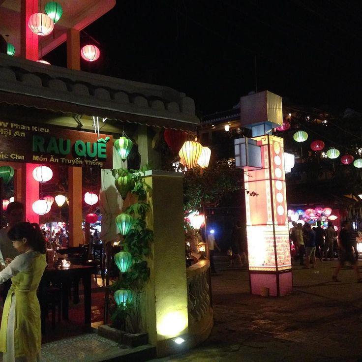 閲覧注意マジめな人はお断りします  あなたに詩をお届けします女性に大人気のオシャレな世界遺産の街ホイアン  もう既に知っている人が多いと思いますが  ホイアンはベトナムの中部エリアにあるランタンで有名な世界文化遺産に登録された街  ホテルから道路の交差点道沿いコーヒーショップ...日本に居たら  今日はお祭りかえ  と思う規模でランタンが町中に飾られています  ここで一句  そのヒカリは小さな輝きかもしれません  しかし  その小さな輝くヒカリを大切にして輝かせ続けることが出来たなら  その輝きは新しい輝き仲間を呼び  そしてある日相手を輝かせる最高のランタンとなって人をいつまでも魅了する存在であったことに気づくでしょう  本当はダイヤモンドとか言いたかった...笑笑  今日はちょっと無臭のダイヤモンドに香水をかけてクサいもの を良い匂いにしてみましたが  やっぱりダメでしたか笑笑  いつもありがとうございます  Taiwa Sato  #cocoacana #vietnam #hoian #ベトナム #ホイアン #旅 #旅行 #観光 #写真 #海外 #海外生活 #海外旅行…