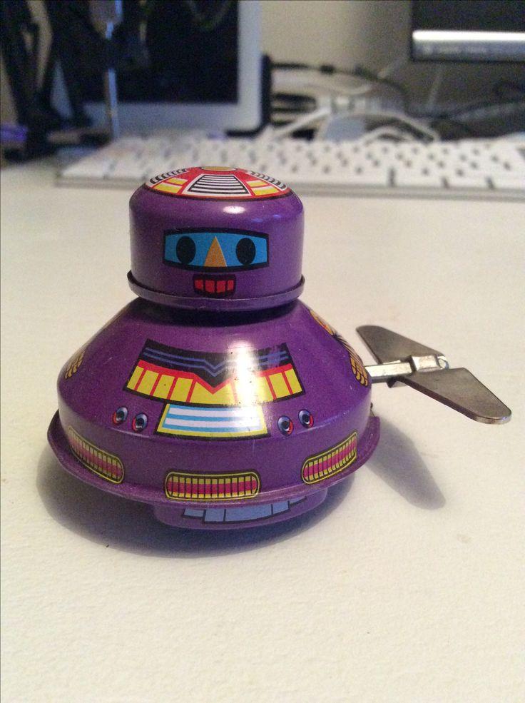 Stevie Robot elsker god soulmusik og er opkaldt efter den fantastiske sanger Stevie Wonder.